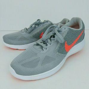 Woman's Nike Revolution 3 US9.5